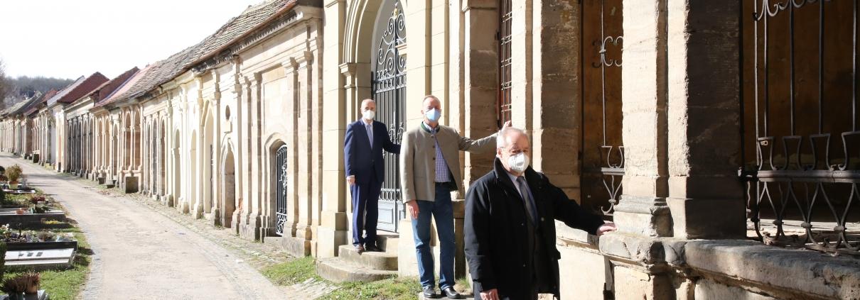 Regierungspräsident Dr. Thomas Bauer, Oberbürgermeister Thomas Deffner und Dekan Hans Stiegler (von links) vor einer der Grüfte, die im ersten Bauabschnitt saniert werden. Foto: Alexander Biernoth